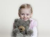 Alica mit ihrem Teddy